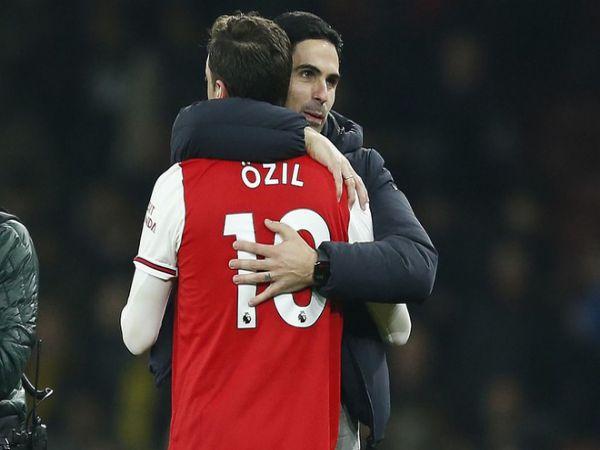 Oezil bị loại khỏi đội hình Arsenal